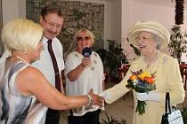 Přijetí dvojnice anglické královny v hotelu U Beránka v Náchodě.