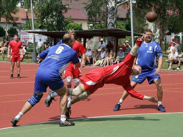 Útok Krčína nastřílel ve dvou čtvrtfinálových duelech celkem 31 branek. Sedmi góly přispěl i Kamil Zimla, který se na snímku prosmýkl čakovickou obranou.