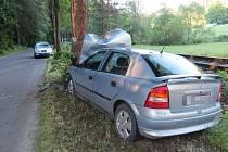K nehodě došlo na silnici mezi Teplicemi nad Metují a Adršpachem, kdy ve vozidle se má nacházet řidič bez známek života.