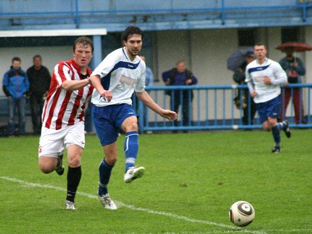 PO REMÍZE s druhou Kutnou Horou by divizní fotbalisté Náchoda (v bílém) brali bod i v Ústí nad Orlicí.