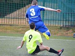 NEJLEPŠÍ náchodský hráč Michael Moravec (v modrém) větrá svou rychlostí defenzivu Přední Kopaniny.