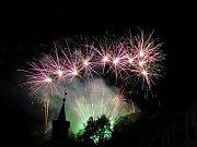 NÁCHODSKÉ MÁJOVÁNÍ zakončil ve čtvrtek večer ohňostroj k výročí konce války pod náchodským zámkem.