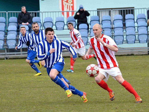 MUŽSTVO Viktorie Jirny (v červeno-bílém) bylo podle trenéra Kuneše přínosem pro Divizi C.