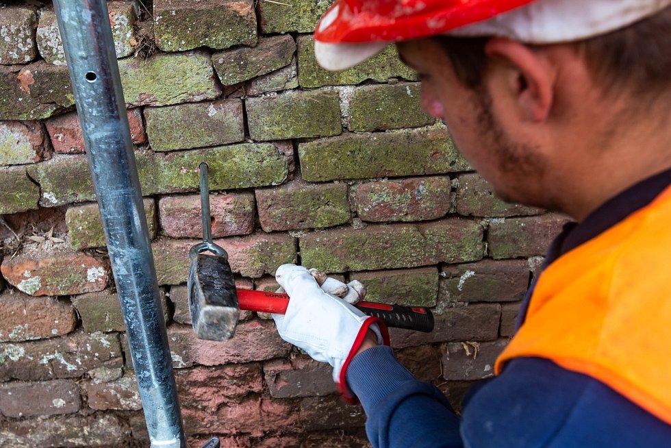 Začátek opravy josefovských hradeb v pevnostním městě.