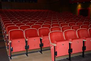 Nová sedadla v náchodském kině Vesmír.