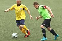 Novoměstský Josef Semerák (ve žlutém) uniká hostujícímu kapitánovi Janu Píšovi.