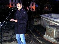 ODHALENÍ pamětní desky na českoskalické kašně, ke kterému došlo k výročí 25 let od revoluce v roce 1989.