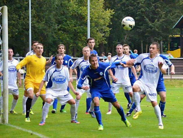 DIVIZNÍ náchodští fotbalisté (v modrém) před týdnem vyhráli na půdě Jablonce nad Jizerou 2:0.