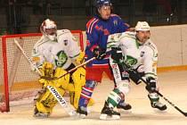 ZKUŠENÝ brankář Radovan Biegl byl základním stavebním kamenem Trutnova při vítězství v prvním finálovém utkání.