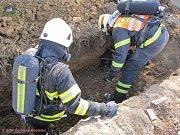 ÚNIKU PLYNU pomáhali červenokostelečtí hasiči zamezit v sobotu ve Lhotě.