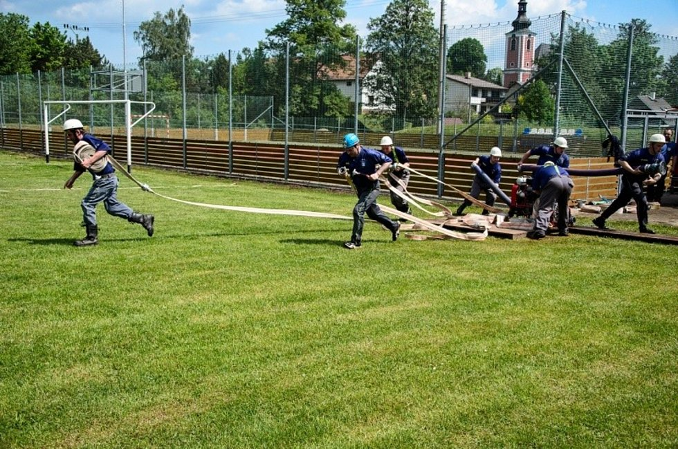 Na zeleném trávníků se odehrála tradiční hasičská soutěž v požárním sportu.