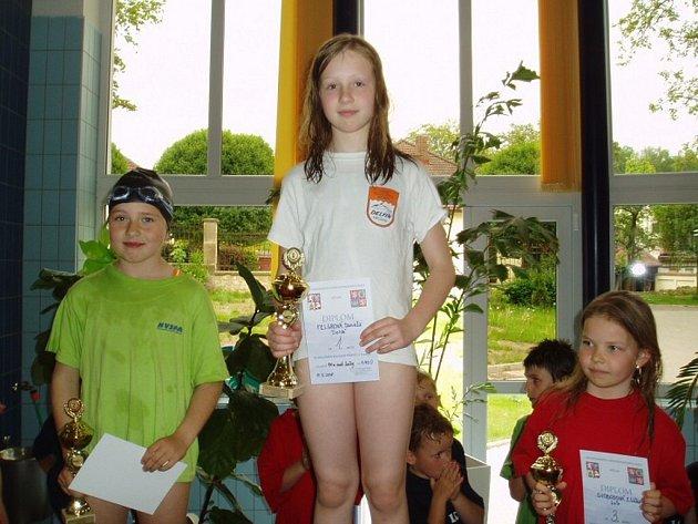 TROJNÁSOBNOU krajskou přebornicí se stala plavkyně náchodského Delfínu Daniela Felgrová.
