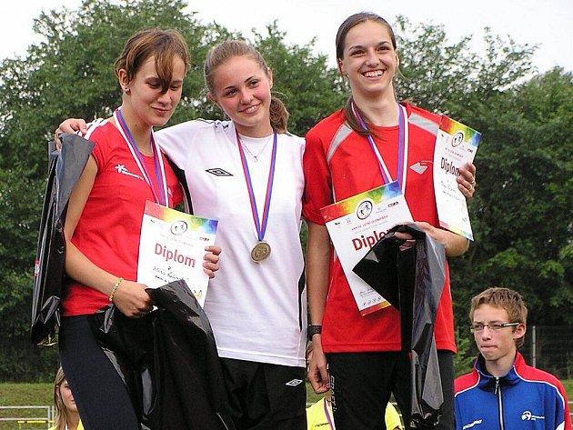 Nejpilnější sběratelkou cenných kovů v sezoně 2009 byla patnáctiletá Alena Ulrichová (vpravo). Věčně usměvavá dívka to nemá s přípravou jednoduché. Studuje v Trutnově, trénuje v Novém Městě nad Metují a  bydlí v Teplicích nad Metují.