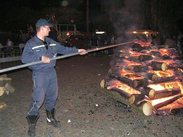 Při pálení Čarodějnic by se oheň v žádném případě neměl nechávat bez dozoru a po ukončení akce je nutno zkontolovat, zda je ohniště důkladně uhašeno.