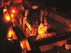 POZNÁTE, ŽE SE JEDNÁ O MODEL? Takhle totiž vypadá nasvícený papírový model Pražského hradu v Polici nad Metují. Stejně jako u skutečného jsou rozměry velkolepé.