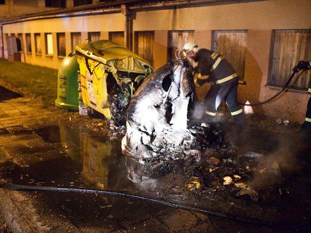 Požár plastových kontejnerů v ulici T. G. Masaryka v Novém Městě nad Metují.