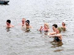 DO RYBNÍKU BRODSKÝ se v sobotu odpoledne ponořilo osmatřicet odvážlivců. Pět z nich si zaplavalo i ledovou míli.