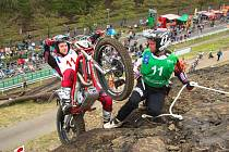 TRIALOVÝ reprezentant České republiky Jiří Svoboda (v zeleném) dělá v letošní trialové sezóně doprovod německému závodníkovi Franzimu Kadlecovi v seriálu Mistrovství světa.