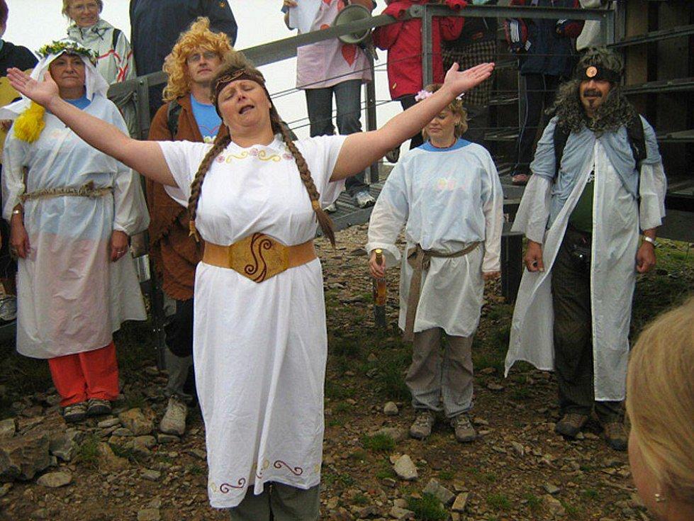 Podkrkonošská přírodospitná společnost Divadelního souboru Na Tahu na vrcholu nejvyšší české hory Sněžky v blízkosti nové poštovny  zahrála epizodu z představení Paměti Amorovy nazvanou Praotec Čech.