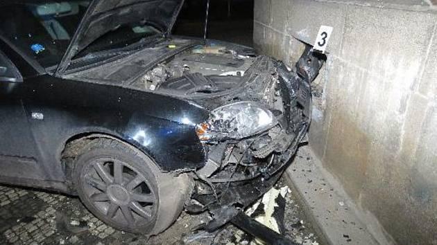 Opilý řidič porazil lampu a narazil do domu.
