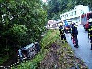 Řidička se svým vozem Peugeot 306 vyjela mimo komunikaci. Vozidlo skončilo převrácené na boku v potoce.