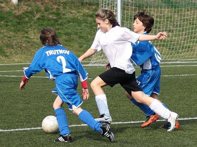 Ve výběrech OFS Náchod (v bílém) se nemalou měrou prosazují i děvčata, což potvrdila také v utkáních s OFS Trutnov.