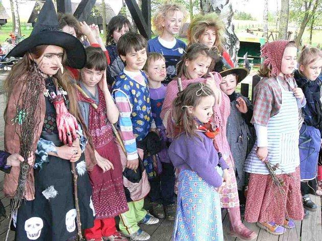 Holčičky i kluci se na čarodějnické veselí dokázali vymódit na výbornou.