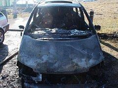 Plameny zasáhly dva osobní automobily