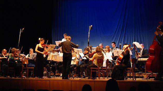Komorní orchestr Základní umělecké školy v Hronově hrál při Jarním koncertu v sále Josefa Čapka pod taktovkou Josefa Vlacha.