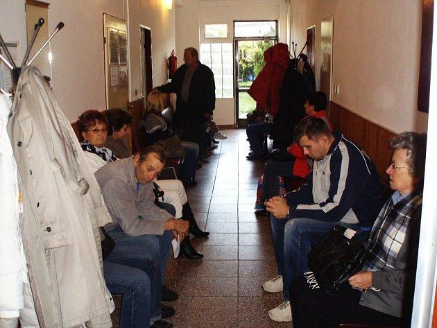 Pacienty přeplněná čekárna na chodbě domu v Hurdálkově ulici v Náchodě, kde nyní sídlí praktičtí lékaři.