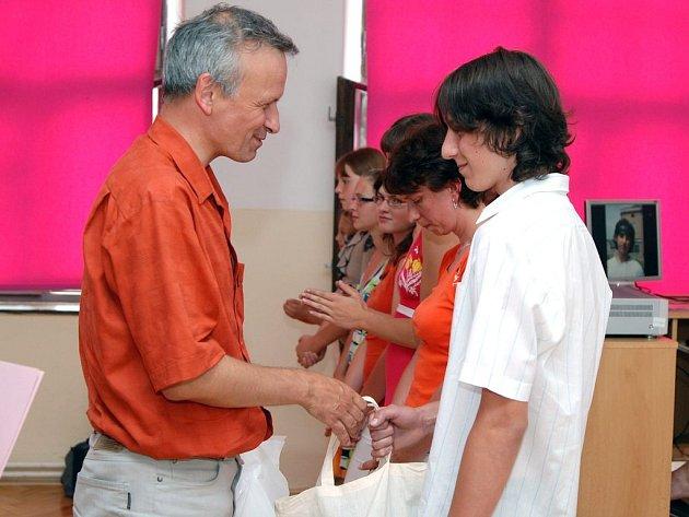 Jan Tichý, ředitel společnosti  Saar Gummi Czech  gratuluje a předává cenu nejlepšímu žakovi roku Jiřímu Pastuchovi.