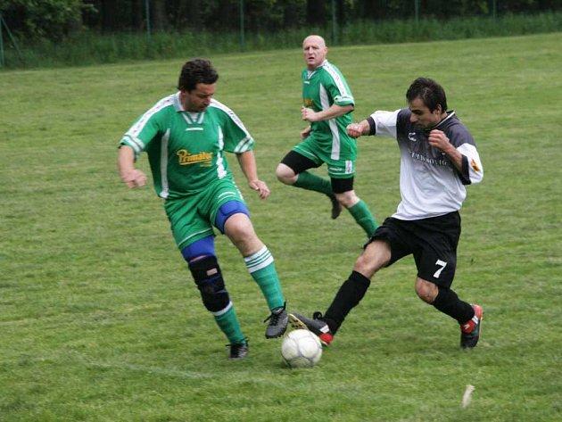 Další existenční zápas nezvládli fotbalisté Zábrodí, kteří doma podlehli Hejtmánkovicím. Na snímku se  přes domácího Faufmana snaží prostrčit míc hejtmánkovický Sivak (vpravo).