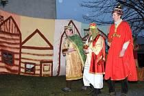 Tradičně na tříkrálový podvečer ožil u červenokosteleckého vánočního stromu biblický příběh starý přes dva tisíce let.