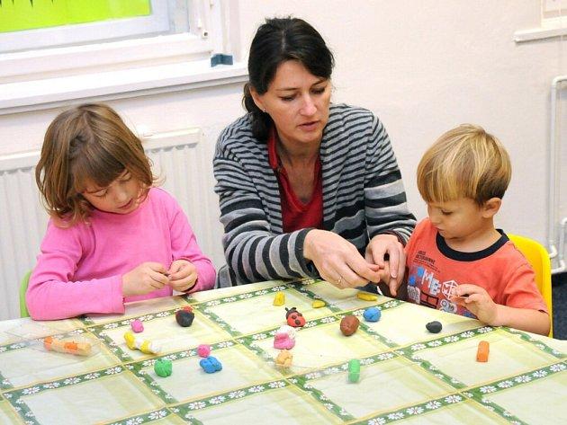 Osmnáct dětí z Červeného Kostelce si od pondělí oťukává nové pracoviště školky.