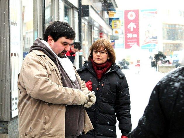 IVANA ANDRLOVÁ A TOMÁŠ MAGNUSEK při natáčení scény v Palackého ulici.