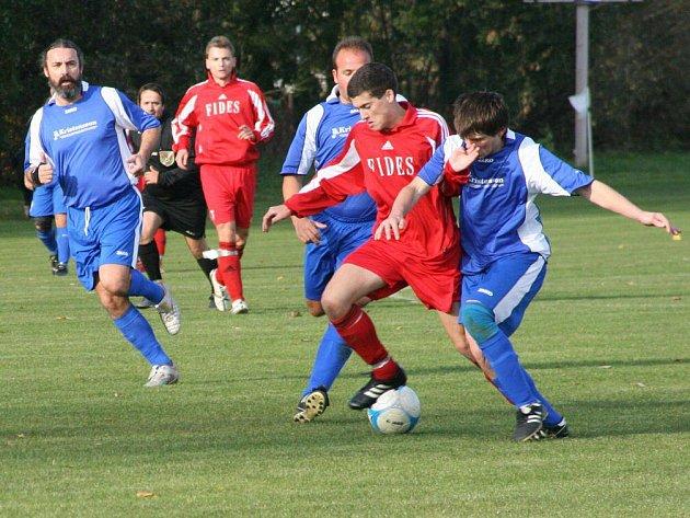 Dvojice provodovských fotbalistů zastavuje pronikajícího hráče Černíkovic v utkání, které nakonec vyhrál Provodov 3:2.