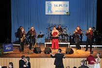 Čapkův sál se v sobotu večer ponořil do víru hudby, tance a dobré zábavy. Už šestnáctým rokem se tu konal reprezentativní ples města Hronova.