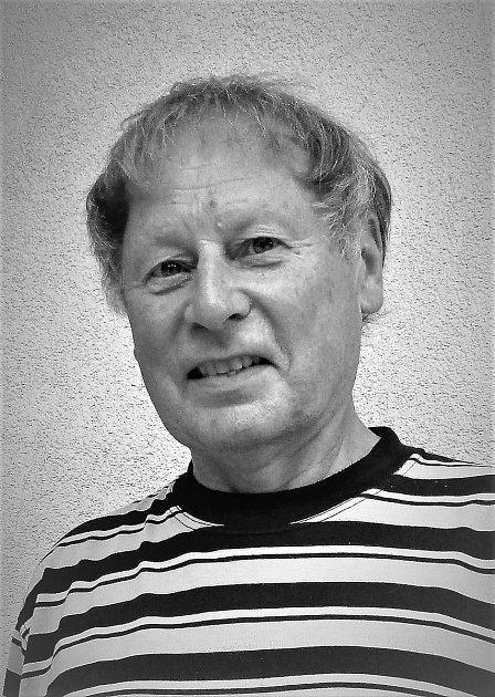 Boris Ekrt je hronovský patriot, kterého by bylo možné označit za renesančního člověka. Věnuje se historii, sportu ihudbě.