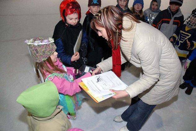 Děti ze Základní školy ve Velkém Poříčí na karnevalu na ledě dostaly pololetní vysvědčení.