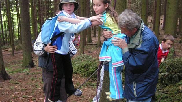 Součástí čtyřdenního setkání bude i branný závod, při kterém si děti vyzkouší  svou obratnost na laně.