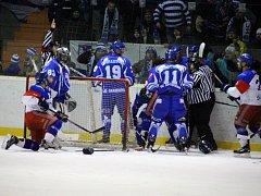 HOKEJISTÉ Jaroměře (v modrém) skončili v letošním ročníku Krajské ligy mužů za Dvorem Králové a Náchodem třetí.
