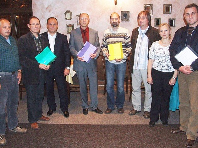Zástupci stran a sdružení se čtyřmi originály smlouvy o vytvoření koalice.