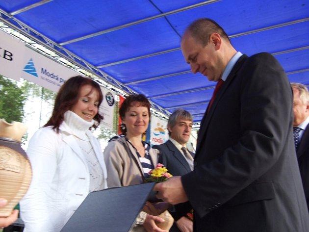 Úspěšná farmářka Simona Adamcová z Royktníka  přebírá od ministra zemědělství Petra Gandaloviče osvědčení za vítězství v soutěři  Potravinář a Potravina roku 2008.