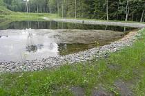 Vodní nádrž na Válovickém potoce nedaleko Chvalkovic prošla v minulých dnech celkovou rekonstrukcí, jež si vyžádala více než dva miliony korun. Nádrž získala díky rekonstrukci i některé nové ekologické prvky.