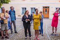 Slavnostní otevření expozice proběhlo za přítomnosti zástupců města (místostarosta Libor Hovorka) a firmy Elton hodinářská. Ve žlutých šatech je generální ředitelka firmy Renata Červenák Nývltová.