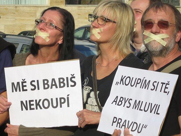 Tichý protest proti premiérovi v demisi Andreji Babaišovi v Náchodě.