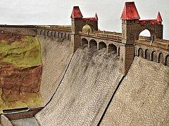 PŘEHRADA Les Království z lepenky, jak ji postavili dva studenti SPŠS architekta Jana Letzela Náchod.