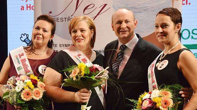 VÍTĚZKY SOUTĚŽE Renata Grossová Klementová (na snímku uprostřed), druhá Alice Školníková (vpravo) a třetí Petra Štěrbová (vlevo) s pořadatelem akce Davidem Novotným.