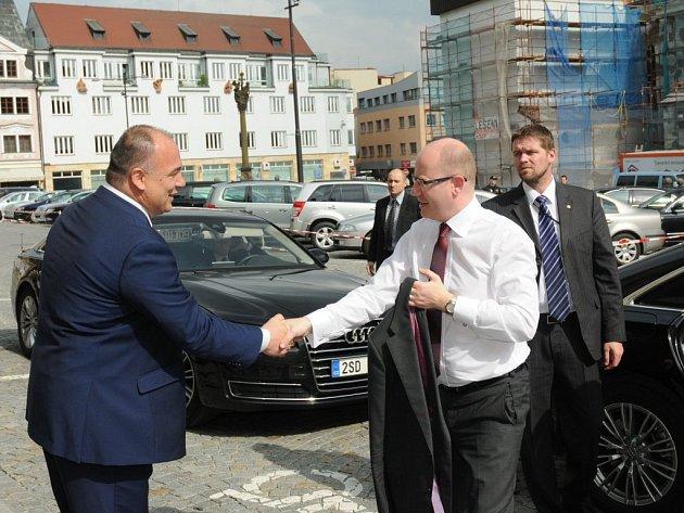 PREMIÉR SOBOTKA přijel do Náchoda, a to na výjezdní zasedání poslanců a představitelů ČSSD.
