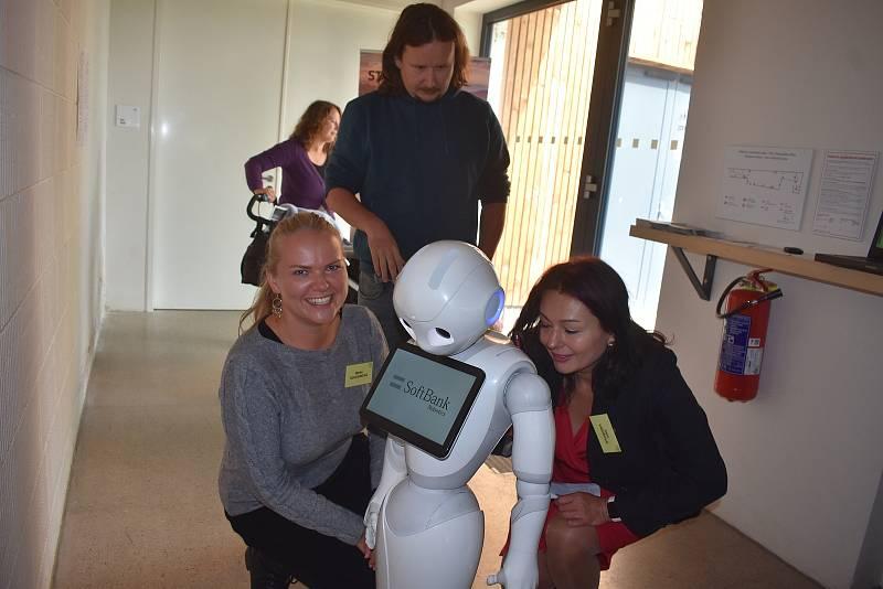 Na konferenci Učení pro život pořádanou v Broumově na podporu pedagogů zpestřila čas mezi přednáškami návštěva z budoucnosti - humanoidní robot Pepper.